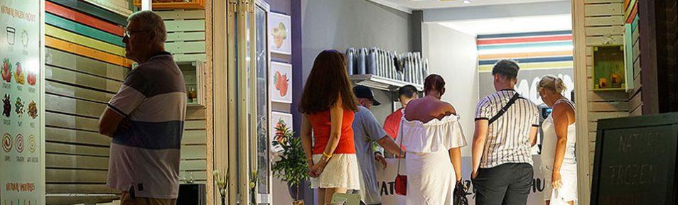 Top Lage 1. Meereslinie gut etabliertes Frozen Joghurt & Smoothie Geschäft in Can Pastilla Nähe Playa de Palma auf Mallorca abzugeben